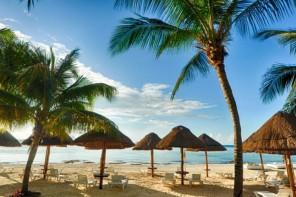 Остров Мухерес (исп. «остров женщин») находится в Карибском море, в 13 км к северо-востоку от Канкуна и является самой северной точкой Мексики. От побережья Канкуна остров отделяет пролив Мухерес (Bahia de Mujeres). Длина острова – 8 км, площадь – 8 673 га. История острова началась в 564 г. – именно эта дата на языке майя указана на одной из найденных на острове каменных колонн. В доколумбовые времена здесь находилось поселение Экаб (Ekab). В 1517 г. экспедиция под руководством Франсиско-Эрнандеса Кордовы впервые прибыла на остров, и конкистадоры обнаружили там множество каменных идолов – женских скульптур, посвященных богине Ишчел, которую майя считали покровительницей плодородия, медицины, счастья и Луны. В 1996 г. западное побережье острова получило статус национального парка: здесь находится цепочка коралловых рифов, являющаяся частью Месоамериканского барьерного рифа, возраст которого ученые оценивают в 125 000 лет. Сегодня остров является популярным местом отдыха – здесь построены отели, рестораны и прекрасные пляжи; однако при этом он сохраняет свою самобытность. Большинство местных домов построены в традиционном для Мексики смешанном стиле (с элементами испанской и индейской архитектуры) и раскрашены в яркие цвета. В жилой части острова (она находится на севере) всего пять кварталов в ширину и семь – в длину; здесь три главные улицы: Идальго (Avenida Hidalgo), Бенито Хуарес (Avenida Benito Juares) и Медина (Rueda Medina), пешеходная улица, идущая вдоль западного берега, на которой находятся экзотические рестораны морской кухни (все-таки остров не одно столетие был рыбацкой деревушкой). Местный гастрономический специалитет – рыба тикиншик (Tikinxik), которую готовят на дровяном гриле с пастой из растения ашиот. На острове находятся четыре основных пляжа: в северной части – Норте (Playa Norte, Северный пляж), в юго-западной – Параисо (Playa Paraiso, Райский пляж), Ланчерос (Playa Lancheros, Пляж лодочников) и Индиос (Playa Indios, Индейский пляж). На острове е